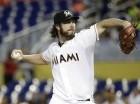 El pitcher de los Marlins, Dan Haren, lanza contra los Nacionales el jueves, 30 de julio, en Miami.
