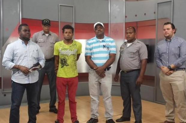 Sacandomelao se entrega uno de los implicados en asalto for Oficina principal banco popular