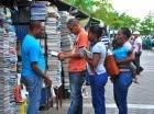 Padres acuden al Paseo de la Lectura en la avenida Duarte con Caracas para adquirir los textos escolares para el año lectivo que comienza a finales de agosto.