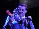 Pura salsa. Tito Rojas observa un reconocimiento con la imagen de un gallo que le entregaron sus promotores en la República Dominicana, durante el concierto que ofreció el viernes por la noche en Hard Rock Café Santo Domingo de Blue Mall.