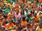 El alcalde de os Alcarrizos, Junior Santos, rodeado de niños del campamento.