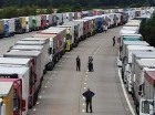 Decenas de camiones parados, el jueves, en Kent Ashford, en el lado británico del canal.