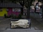 Un inmigrante sirio duerme en la banca de un parque en Kanjiza, cerca de la frontera con Hungría, en Serbia. Más de 100.000 inmigrantes han llegado a Hungría en lo que va del año.