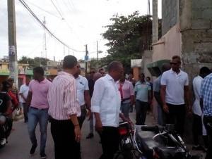 El aspirante a senador por el Partido Revolucionario Moderno (PRM), Mateo Aquino Febrillet, durante un recorrido por San Cristóbal.