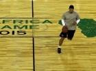 El jugador del Magic de Orlando, Nikola Vucevic, driblea el balón en una práctica para el primer partido de la NBA en África.