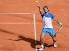 El tenista español Rafael Nadal saca contra el uruguayo Pablo Cuevas en los cuartos de final del torneo de Hamburgo.