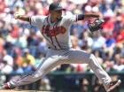 El pitcher abridor de los Bravos de Atlanta, Julio Teherán, hace un lanzamiento en el partido contra los Filis de Filadelfia.