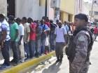 Extranjeros hacen filas para buscar sus documentos en Santiago.