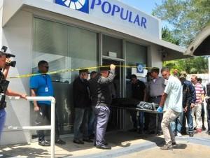 El asalto a una sucursal del Banco Popular, donde resultó muerto un vigilante privado, ha causado pánico en la población.