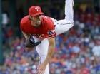El pitcher abridor de los Rangers de Texas Cole Hamels lanza en el primer inning de su juego de béisbol contra los Gigantes de San Francisco en Arlington, Texas, el sábado 1 de agosto de 2015.