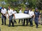 Fotografía del miércoles 29 de julio de 2015, en la que varios policías franceses cargan el resto de un avión en Saint-Andre, en la isla francesa de Reunión, en el Pacífico.