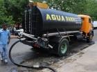 Camión cisterna se abastece en la toma ubicada en el Estadio Quisqueya.