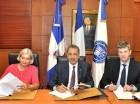 Firmaron el Ministro de Hacienda, Simón Lizardo Mézquita; la embajadora de Francia en el país,  Blandine Kreiss, y el  director de la  AFD, Gilles Genre-Grandpierre.