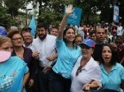 La líder opositora y ex congresista venezolana María Corina Machado saluda a sus simpatizantes al llegar al Consejo Nacional Electoral en Los Teques, Venezuela, el lunes 3 de agosto de 2015.