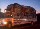 Continúa el éxodo voluntario de ciudadanos haitianos por el paso de Jimaní. El domingo en la madrugada, este autobús de matrícula haitiana transportaba a varias familias con sus ajuares.