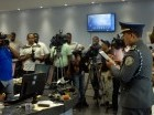 Mateo Moquete en rueda de prensa con los periodistas que cubren la fuente.