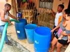 Camión cisterna reparte agua en el barrio 24 de Abril de Los Alcarrizos.