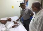 El raso policial Ricardo Emilio García recibe la visita del jefe de la institución, mayor general Manuel Castro Castillo.