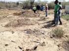 Haitianos realizan hoyos fuera del cementerio Los Conucos en Montecristi.
