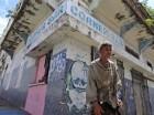 Un hombre sin hogar ante un establecimiento cerrado en puerta de Tierra, a las afueras del Viejo San Juan, en Puerto Rico. Sumida en una crisis económica de 10 años, Puerto Rico no logró cubrir un pago de bonos de 58 millones de dólares que vencía el