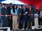 El presidente Medina corta la cinta para inaugurar las escuelas.