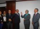 La  ministra de Salud Pública, Altagracia Guzmán Marcelino, posesiona al nuevo director ejecutivo del INAPA, Horacio Mazara.