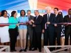 El presidente Medina corta la cinta para dejar inaugurados los centros.