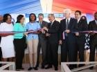 El presidente Danilo Medina corta la cinta y deja inaugurada una escuela en Boca Canasta.