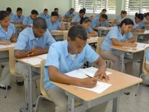 Jóvenes tomando docencia en una escuela pública.