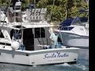 Un hombre en la popa del yate estadoundiense Sails Tactic de Fort Lauderdale, Florida, en la Marina Hemingway de La Habana, Cuba.