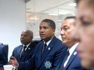 Al centro, el general retirado Guarionex Agüero Encarnación, presidente del Igrepol, junto a parte de la directiva.