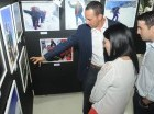 Iván Gómez explica a los visitantes los recorridos que muestra la exposición.