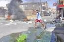 Moradores del sector Pueblo Nuevo de Santiago protestaron con quema de neumáticos y obstaculizando de las calles en rechazo al desborde de una cloaca.