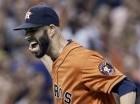 El pitcher de los Astros de Houston Mike Fiers, celebra tras lanzar un no hitter ante Dodgers.