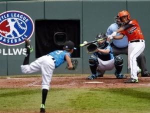 Yaniel de Jesús Arias del equipo de República Dominicana conecta un batazo contra el lanzador Jackson Farr (5), del equipo de Portland en el partido de Pequeñas Ligas que se jugó el lunes 24 de agosto de 2015.