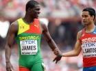 Kirani James (izq.) felicita a Luguelin Santos tras la competencia.