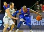 El jugador de la Selección Nacional de Baloncesto, Luis Flores (uniforme azul). Imagen cortesía de @UniversoRD.