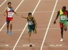 El dominicano Luguelín Santos, izquierd,a corre en la final de los 400 metros en el Mundial de Atletismo el miércoles, 26 de agosto de 2015, en Beijing.