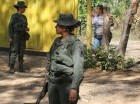 Una guardia venezolana vigila la frontera.