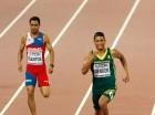 Luguelin Santos (izq) cruzó de cuarto la meta en los 400 metros planos.