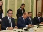 El acuerdo fue firmando por Andrés Navarro y Temístocles Montás. Observa Roberto Rosario.