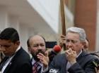 Álvaro Uribe habla ante manifestantes frente al consulado venezolano en Bogotá.