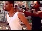 Miguel Ángel Troncoso, alias Chapiao, sostiene una pistola durante una escena del video musical.