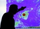 El meteorólogo James Franklin observa una imagen de la tormenta tropical Erika conforme se mueve al oeste hacia islas en la parte oriental del Caribe, el miércoles 26 de agosto de 2015, en el Centro Nacional de Huracanes, en Miami. (Foto AP/Lynne Sladky