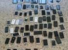 Aparatos incautados por las autoridades en 2 establecimientos de venta de celulares en el Distrito Nacional.