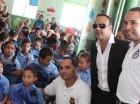 El bachatero Zacarías Ferreira visitó varias escuelas con ejecutivos de la fundación.