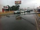 El poste eléctrico atravesó toda la vía al caer.