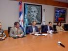 Enrique Ramírez Paniagua y Sadala Khoury,  durante la firma del acuerdo.Desde la izquierda, los acompañan Annerys Rodríguez, William Read, Karina de Pool, y Joachim Eissler.
