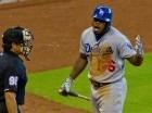 El cubano Yasiel Puig, de los Dodgers de Los Ángeles, discute con el umpire del plato James Hoye, quien lo expulsó del encuentro del domingo 23 de agosto de 2015, contra los Astros de Houston.