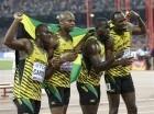 El cuarteto jamaiquino de relevo 4x100m,desde la izquierda, Nesta Carter, Asafa Powell, Nickel Ashmeade y Usain Bolt, posa para una foto tras ganar el oro en el campeonato Mundial de Atletismo en beijing.